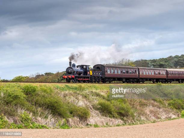 trem do vapor que viaja em norfolk, reino unido - norfolk east anglia - fotografias e filmes do acervo