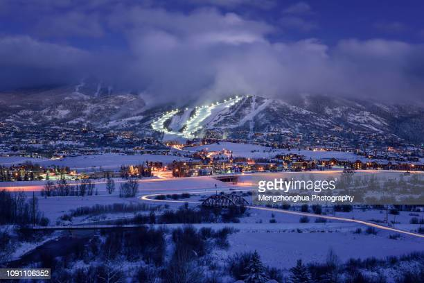 steamboat springs ski resort at night - steamboat springs colorado - fotografias e filmes do acervo