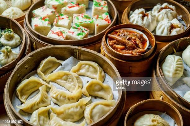 gnocchi asiatici al vapore - cultura cinese foto e immagini stock