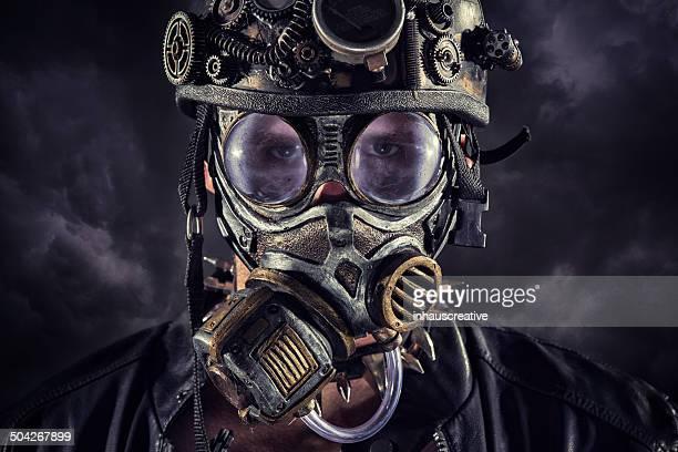 Steampunk Mann auf einem grauen Hintergrund