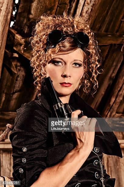 Steampunk mujer con gafas pistola y una mortífera vistazo