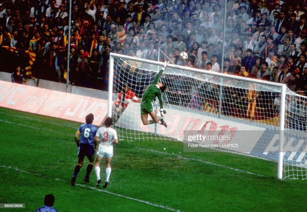 Soccer - European Cup - Final - Steaua Bucharest v Barcelona - Estadio Ramon Sanchez Pizjuan, Sevilla : News Photo