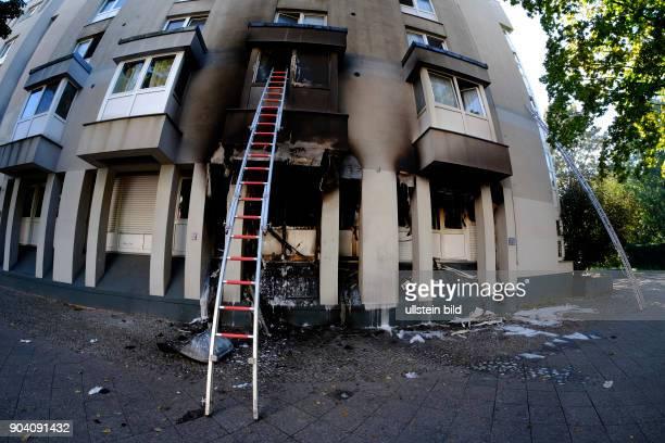 Steckleiter Berliner Feuerwehr bei Löscharbeiten bei einem Wohnungsbrand in der Soldiner Straße in BerlinWedding vier Personen der umliegenden...
