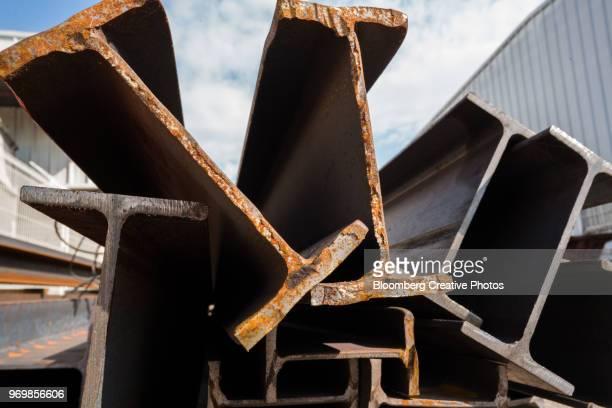 steel beams sit outside a wholesale storage warehouse - viga i - fotografias e filmes do acervo