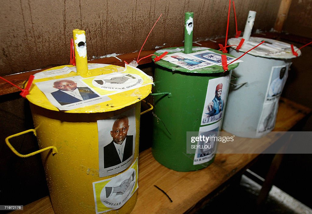 Steel drums used to vote for the preside : Photo d'actualité