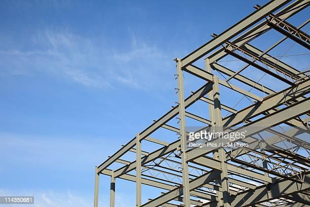 steel frame of a building under contruction - viga i - fotografias e filmes do acervo