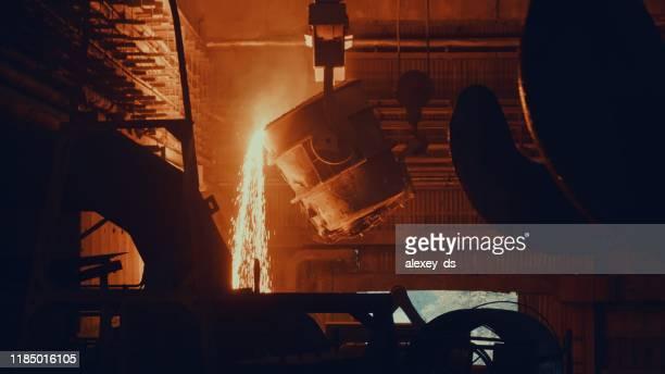fábrica do moinho de aço - metal derretido na cuba - metalúrgico - fotografias e filmes do acervo