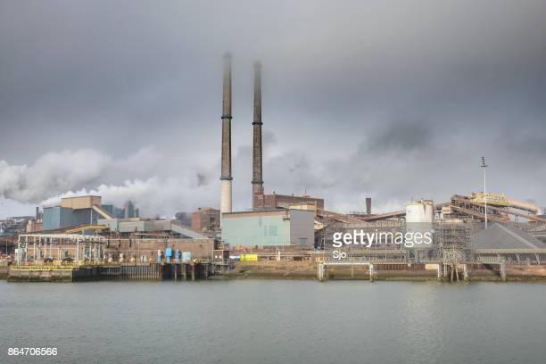 stalen molen van tata steel onbeperkt in ijmuiden, nederland - luchtvervuiling stockfoto's en -beelden