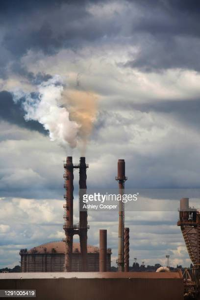 a steel works at scunthorpe on englands east coast. - north lincolnshire stock pictures, royalty-free photos & images
