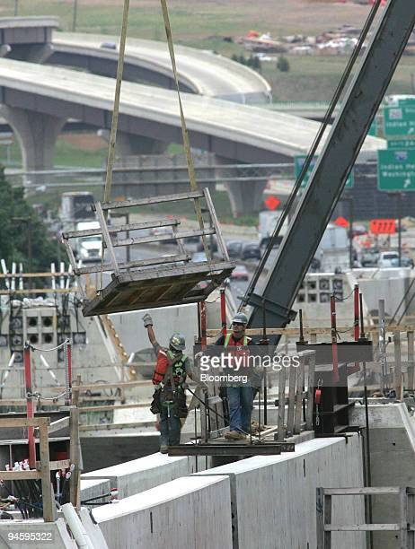 Steelworkers position a portion of a cross platform on the Inner Loop of new Woodrow Wilson Bridge that will span the Potomac River and connect...