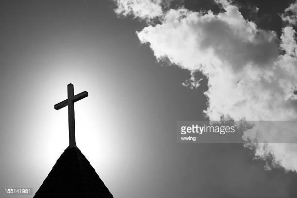 尖り屋根とクロス&ホワイト、ブラック - 尖り屋根 ストックフォトと画像