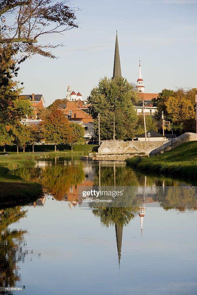 Campanário reflexos em um dia de outono : Foto de stock
