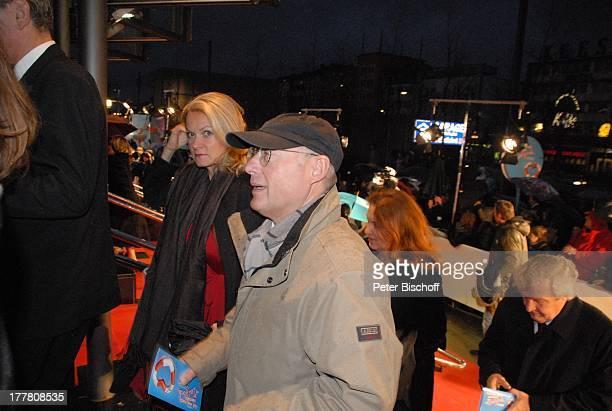 """Stefan Aust, Ehefrau Katrin Hinrichs-Aust, Fans, Presse, Welt-Premiere Musical """"Ich war noch niemals in New York"""" nach Hits von U D O J † R G E N S,..."""