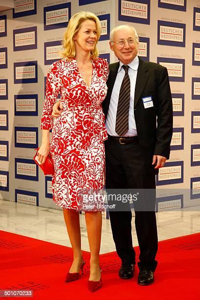 Stefan Aust Ehefrau Katrin HinrichsAust Verleihung 16 Deutscher Medienpreis Medici BadenBaden BadenWürttemberg Deutschland Europa roter Teppich Logo...