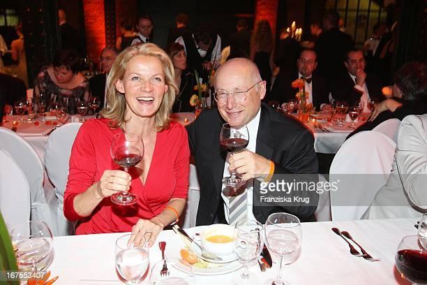 Stefan Aust Und Seine Ehefrau Katrin Hinrichs Bei Der Party Zur Musicalpremiere Ich War Noch Niemals In New York Am 021207 In Hamburg