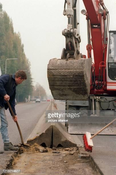 Stefan Becv und Baggerführer Franz Cichi reißen am 21. Oktober 1993 die kleine Grenzmauer ein, die seit Anfang der sechziger Jahre das...