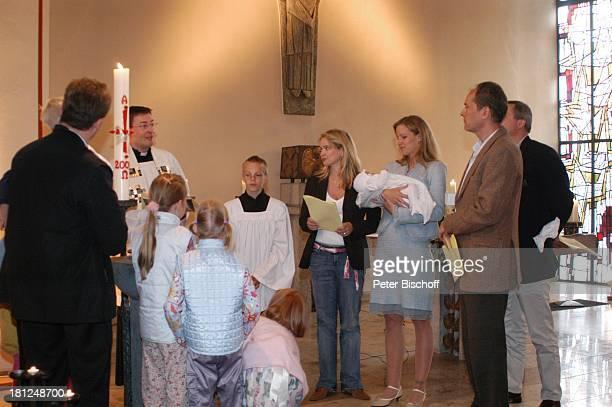 Stefan Lampe mit Messdiener Julia Biedermann Tina Biedermann mit Julius Steffens Ehemann Matthias Steffens Dirk Pähler Pfarrkirche Christ König...