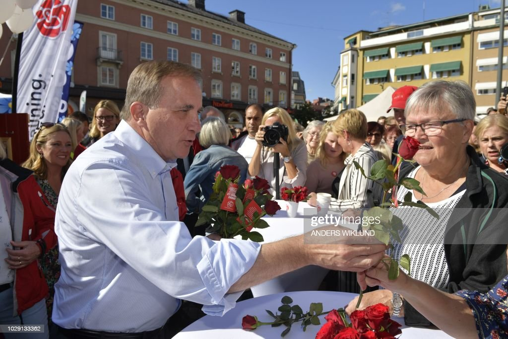 Stefan Lofven, Party leader of the Social Democratic Party, offers red roses to supporters at an election rally in Linkoping, Sweden September 8, 2018. - Sweden holds legislative elections on Sunday, September 9, 2018, with polls predicting a parliamentary deadlock as neither Prime Minister Stefan Lofven's left-wing bloc nor the opposition centre-right are seen winning a majority, while the far-right makes gains. (Photo by Anders WIKLUND / TT NEWS AGENCY / AFP) / Sweden OUT