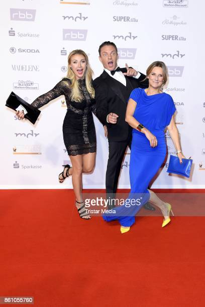 Stefan Mross, his girlfriend Anna-Carina Woitschack and Kim Fisher attend the Goldene Henne on October 13, 2017 in Leipzig, Germany.