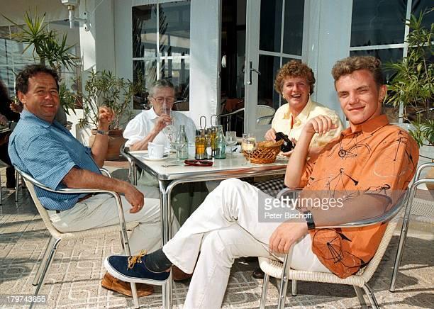 Stefan Mross mit Eberhard Hertel mitEhefrau Elisabeth und Oma Erna UngerARDTVSpecial Ibiza/Spanien HafenUrlaub