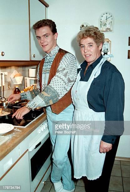 Stefan Mross mit Mutter Stefanie Homestory in Traunstein am Chiemsee Oberbayern Bayern Deutschland Europa Küche Sänger Volksmusik Musiker Promis...