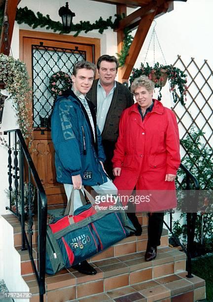 Stefan Mross mit Mutter Stefanie und seinen Vater Eberhard in Traunstein am Chiemsee Oberbayern Bayern Deutschland Europa Homestory Treppe...