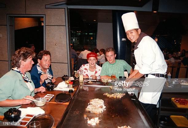 Stefan Mross Stefanie Hertel mit ihrenEltern Elisabeth und Eberhard Hertel ineinem japanischen Restaurant Familie Mutter VaterWhistler/Kanada Urlaub