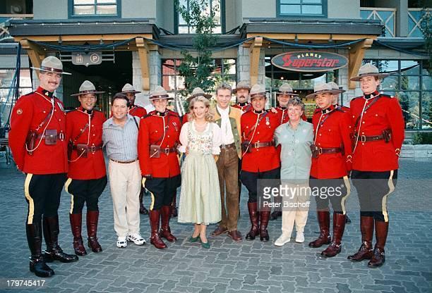 Stefan Mross Stefanie Hertel mit ihrenEltern Elisabeth und Eberhard Hertel undden Royal Canadian Mountain Police Mutter VaterFamilie ZDFShow Lustige...