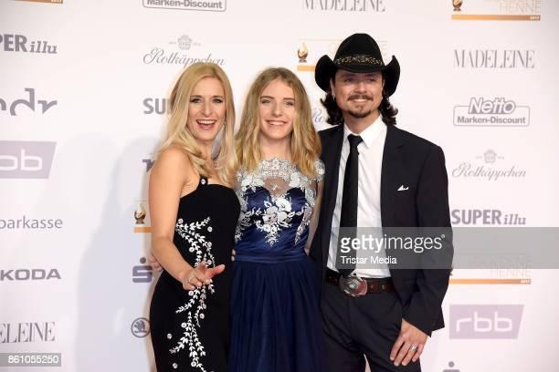Stefanie Hertel her daughter Johanna Mross and her husband Lanny Lanner attend the Goldene Henne on October 13 2017 in Leipzig Germany