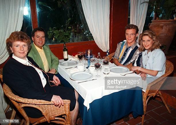 Stefanie Hertel mit Vater Eberhard MutterElisabeth und Stefan MrossARDTVSpecial Ibiza Restaurant Eltern Familie