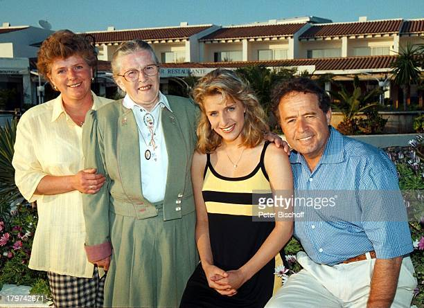 Stefanie Hertel mit Vater Eberhard undMutter Elisabeth und Oma Erna UngerARDTVSpecial Ibiza/Spanien HafenUrlaub Eltern Familie