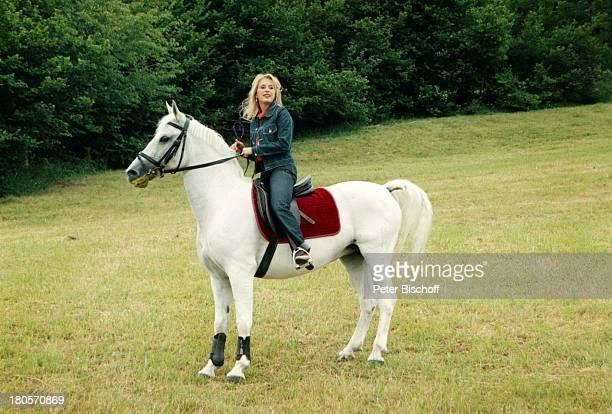 """Stefanie Hertel, ZDF-Special """"Herzlichst;Hansi H i n t e r s e e r""""/ """"Rund um den Kaiser"""",;Kitzbühel, ; sterreich, Bergwiese, Pferd,;Schimmel,..."""