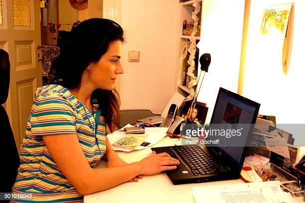 Stefanie Poljakoff Homestory Berlin Deutschland Europa Arbeitszimmer Schreibtisch LabTop Flyer auf Bildschirm von HipHopMusikgruppe C u l t u r e C a...
