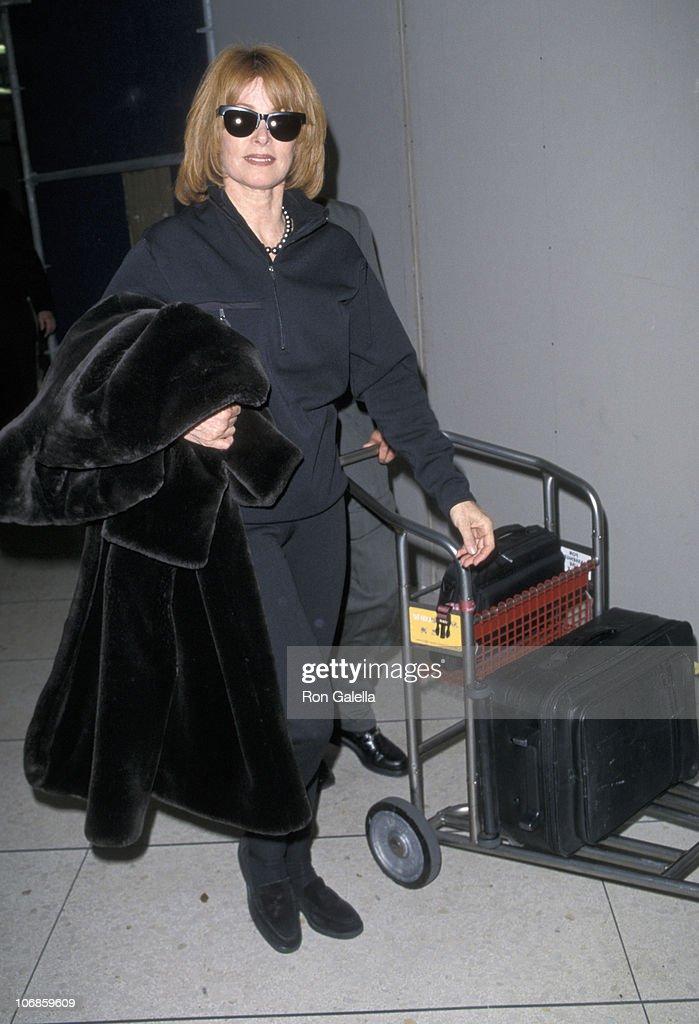 Stefanie Powers Sighting at the Los Angeles International Airport - Novmeber 21, 1998 : News Photo