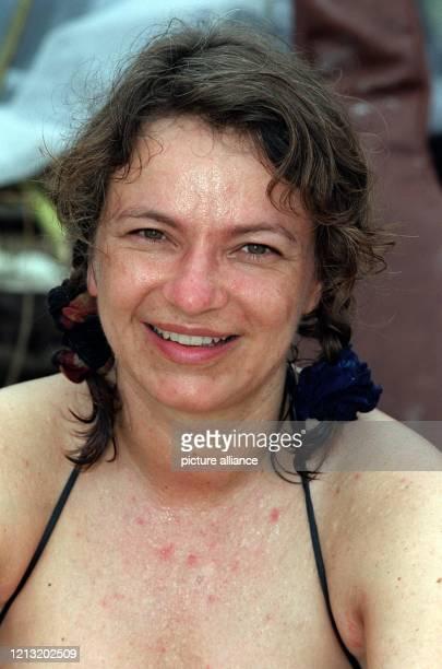 """Stefanie, Teilnehmerin bei der SAT.1-Abenteuer-Show """"Das Inselduell"""", posiert am 3.6.2000 auf der malayischen Insel Simbang für den Fotografen...."""