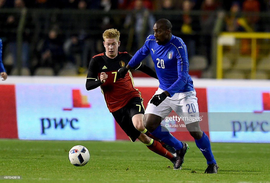 Stefano Okaka of Italy (R) and Kevin De Bruyne of Belgium compete for the ball during the intermational friendly match between Belgium and Italy at King Baudouin Stadium on November 13, 2015 in Brussels, Belgium.