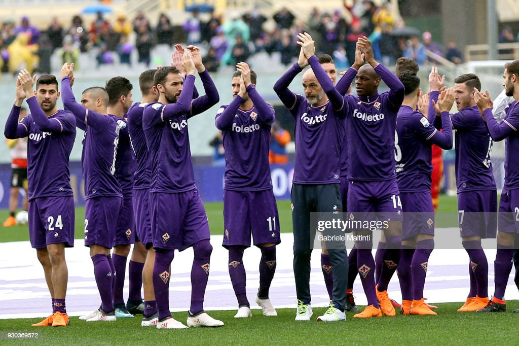 Stefano Pioli manager of ACF Fiorentina his staff and all the players of ACF Fiorentina pay homage to the captain Davide Astori wearing the shirt with the number 13 during the serie A match between ACF Fiorentina and Benevento Calcio at Stadio Artemio Franchi on March 11, 2018 in Florence, Italy.