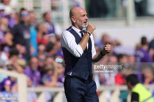 Stefano Pioli manager of ACF Fiorentina shouts instructions to his players during the Serie A match between ACF Fiorentina and Udinese Calcio at...