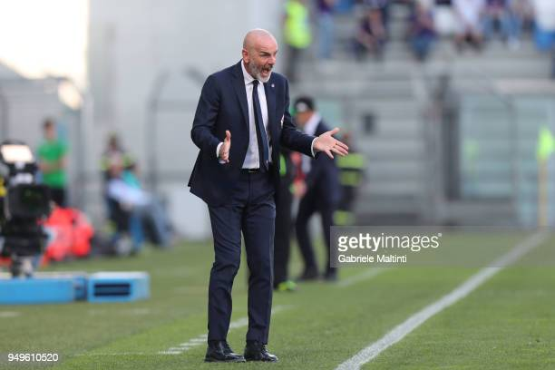 Stefano Pioli manager of ACF Fiorentina shouts instructions to his players during the serie A match between US Sassuolo and ACF Fiorentina at Mapei...