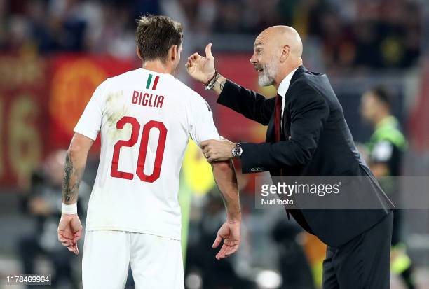 Stefano Pioli manager of Milan talks with Lucas Biglia of Milan during the Serie A match AS Roma v Ac Milan at the Olimpico Stadium in Rome, Italy on...