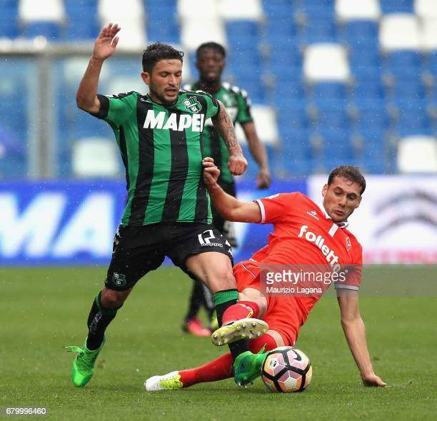 Stefano Sensi of Sassuolo competes for the ball with Sebastian Cristoforo of Fiorentina during the Serie A match between US Sassuolo and ACF...