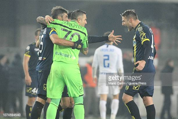 Stefano Sorrentino of Chievo Verona celebrates with teammates the equalizer at the end of the Serie A match between Chievo Verona and FC...
