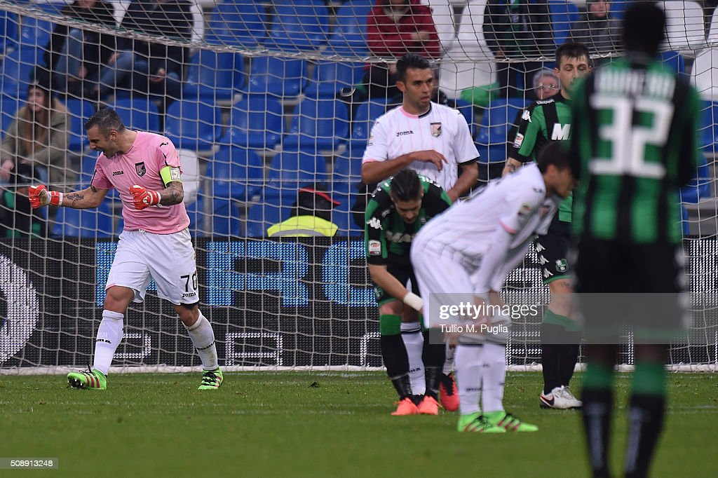 Stefano Sorrentino of Palermo celebrates after the Serie A match between US Sassuolo Calcio and US Citta di Palermo at Mapei Stadium - Città del Tricolore on February 7, 2016 in Reggio nell'Emilia, Italy.