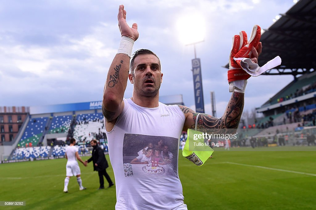 Stefano Sorrentino of Palermo greets supporters after the Serie A match between US Sassuolo Calcio and US Citta di Palermo at Mapei Stadium - Città del Tricolore on February 7, 2016 in Reggio nell'Emilia, Italy.