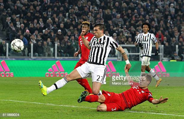 Stefano Sturaro of Juventus FC scores his goal during the UEFA Champions League Round of 16 first leg match between Juventus and FC Bayern Muenchen...