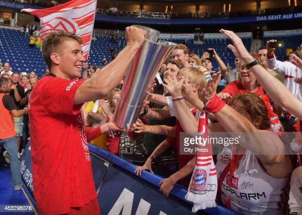 Steffen Hamann mit dem Pokal bei den Fans nach Spiel 4 der Beko BBL playoffs zwischen Alba Berlin und FC Bayern München.