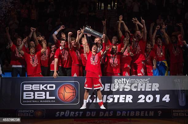 Steffen Hamann mit dem Pokal mit FC Bayern Team im Hintergrund nach Spiel 4 der Beko BBL playoffs zwischen Alba Berlin und FC Bayern München.