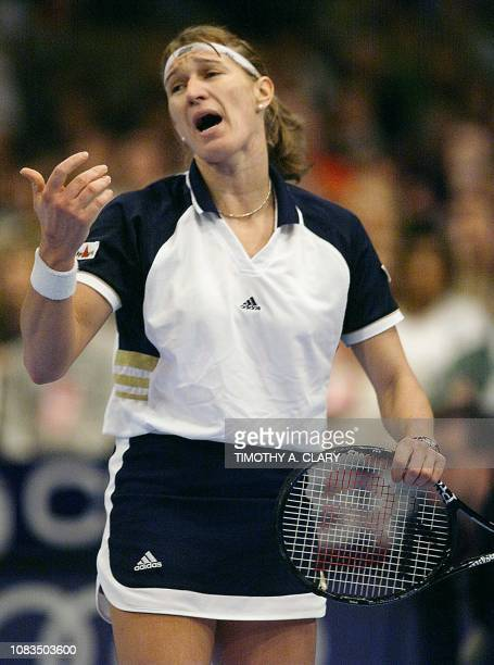 Steffi Graf of Germany reacts after a bad call during her semifinal match against Lindsay Davenport of the US at the 1998 Chase Championships 21...