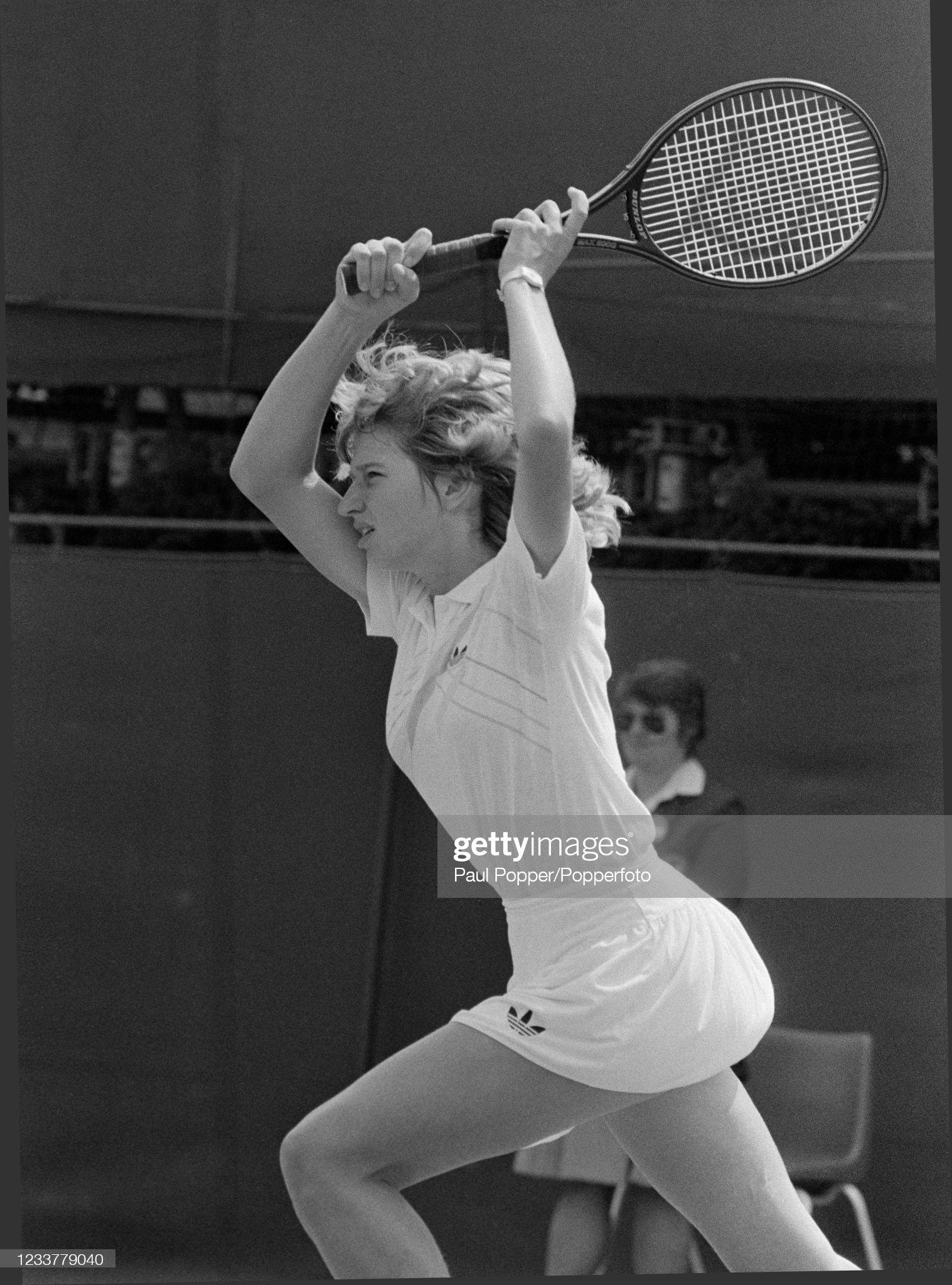 Steffi Graf v Pam Shriver - 1985 Wimbledon Championships : News Photo