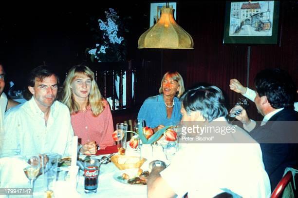 """Steffi Graf, Trainer Heinz Günter,;Mutter Heidi, Vater Peter,;Berlin, Deutschland, Europa, Restaurant """"Benedens"""","""